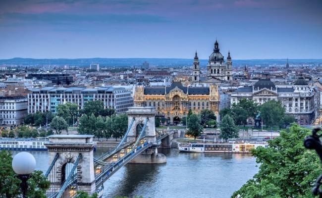 Pasqua a Budapest, Perla dell'Est